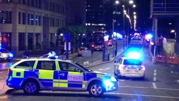 Policías bloqueando una entrada del Puente de Londres