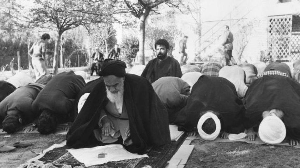 Pemimpin Iran Ayatollah Khomeini di taman rumahnya di Neauphle le Chateau, Prancis.