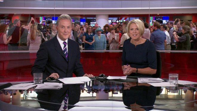 Julian apresenta no canal de notícias, enquanto a Rainha olha - 07 de junho de 2013