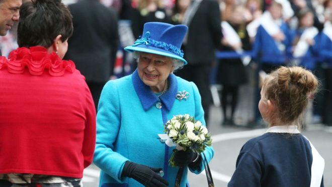 Queen greets crowds in Edinburgh