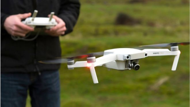 Um piloto de drone pilotando um DJI Mavic Pro no País de Gales