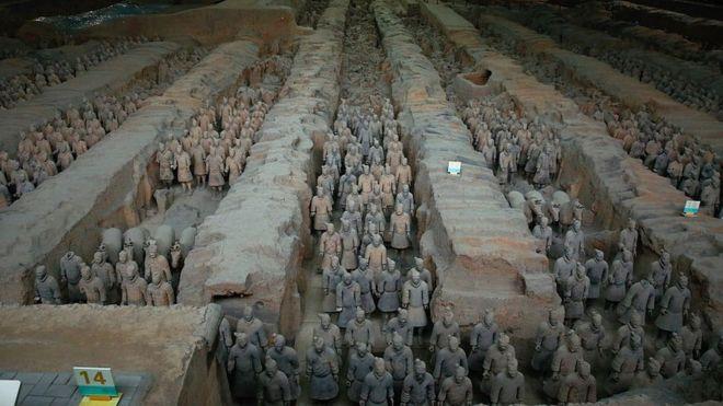 Số lượng chiến binh và giáp phục của họ cho thấy họ đã được chế ra thông qua một hình thức sơ khai của sản xuất hàng loạt.