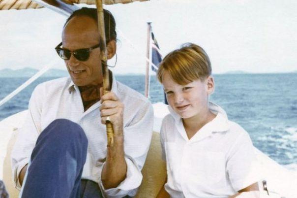 Mark Colvin a los 7 años junto a su padre navegando en aguas de Malasia, en 1959.