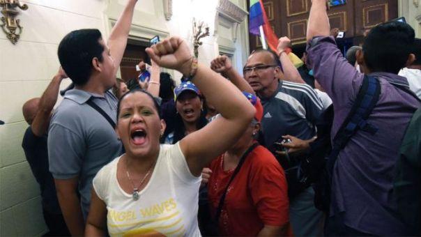 Manifestantes irrumpen en el palacio legislativo