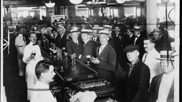 Bar em Nova York em 1919, antes da entrada em vigor da Lei Seca.