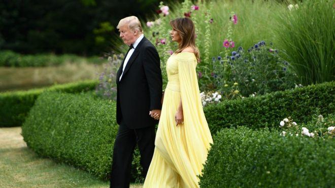 Tổng thống Donald Trump và Đệ nhất Phu nhân Melania Trump rời Winfield House, nhà riêng của đại sứ Mỹ, tới dự bữa tối do Thủ tướng Theresa May chủ trì ở Cung điện Blenheim, Oxfordshire.