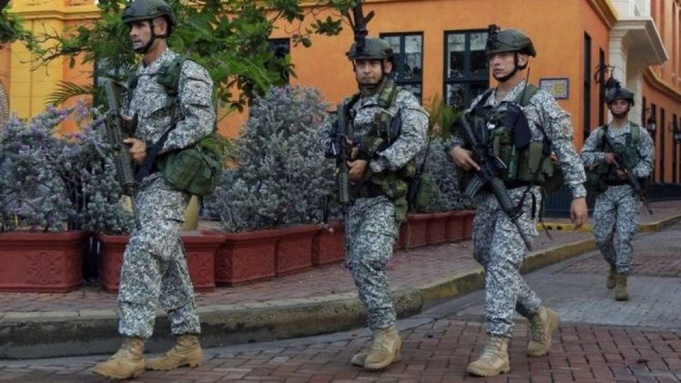 Colombian soldiers patrol the streets hours before the signing of a peace-signing agreement ceremony between the government and the Farc guerrilla group in Cartagena (26 September 2016)