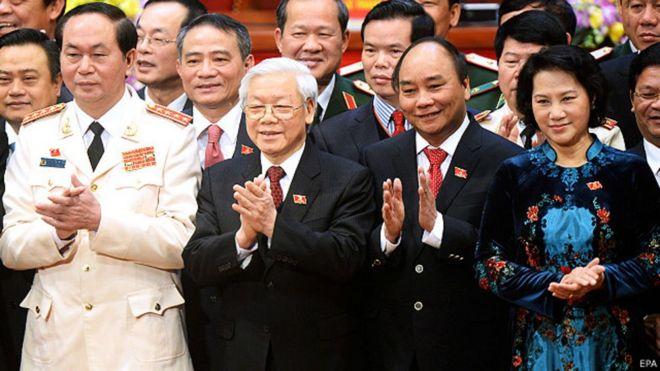 Bí thư Hà Giang, ông Triệu Tài Vinh (hàng hai, giữa TBT Nguyễn Phú Trọng và Thủ tướng Nguyễn Xuân Phúc), là người bị phê là có 'cả nhà làm quan'.