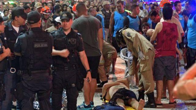 Policiais, bombeiros e pedestres observam momentos posteriores ao atropelamento em Copacabana