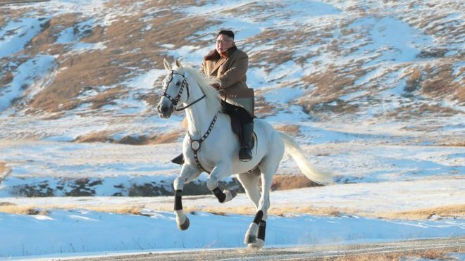 Esta imagen sin fecha publicada por la Agencia Central de Noticias de Corea el 16 de octubre de 2019 muestra al líder norcoreano Kim Jong-un montando un caballo blanco en el monte Paektu.