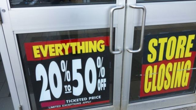 Tienda Sears con carteles de cierre.