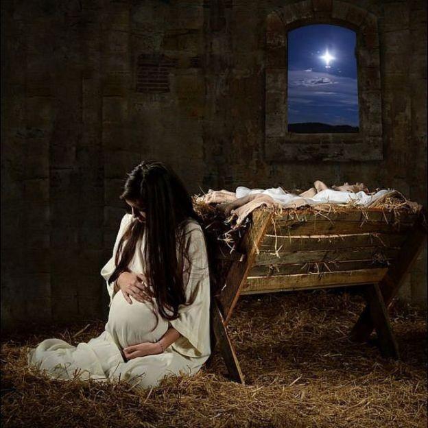 María embarazada en el pesebre y la estrella brilla en la ventana
