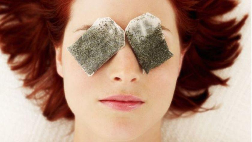 gözlerine çay pansumanı yapan kadın