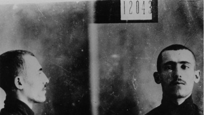 Ficha policial de Simón Radowitzky. Radowitzky lanzó un artefacto explosivo y huyó de la escena del crimen.