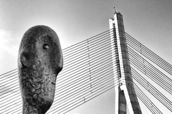 Una escultura frente a una torre en Riga, Letonia.