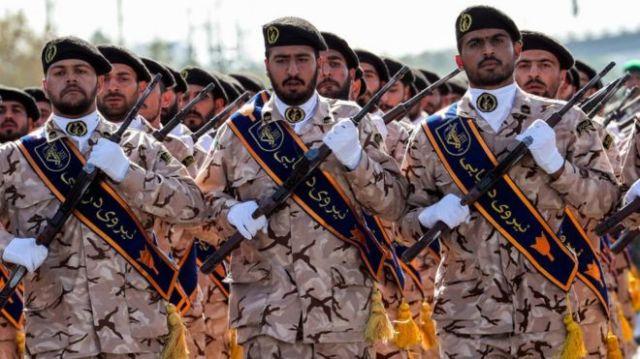 Członkowie irańskiego Korpusu Strażników Rewolucji (IRGC) podczas parady wojskowej w stolicy Teheranu 22 września 2018 r.