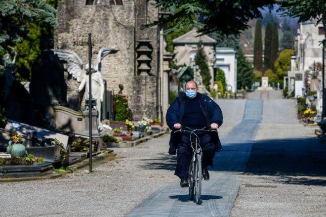 Un empleado municipal del cementerio de Bérgamo, Italia, el 16 de marzo de 2020.