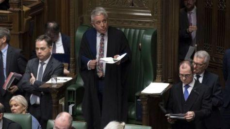 議員提出の8案に対する「示唆的投票」の結果を読み上げるバーコウ下院議長(27日、英下院)