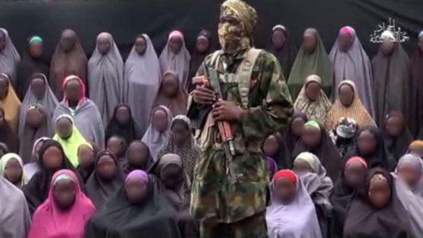 Militantes de Boko Haram con algunas de las niñas secuestradas al fondo.