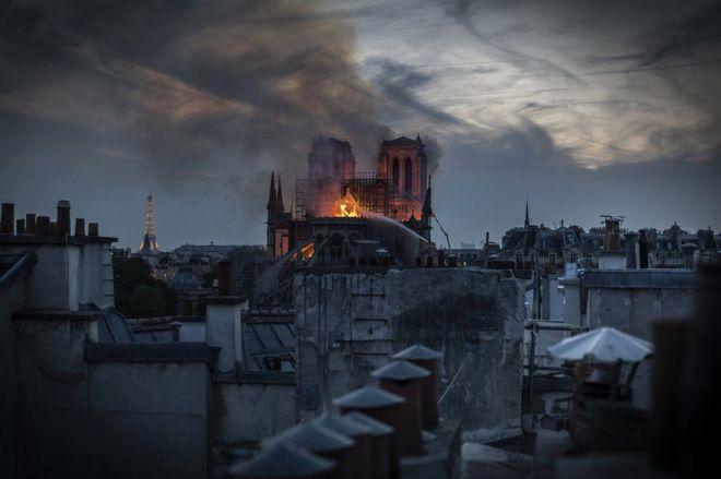 Notre Dame de París envuelta en llamas