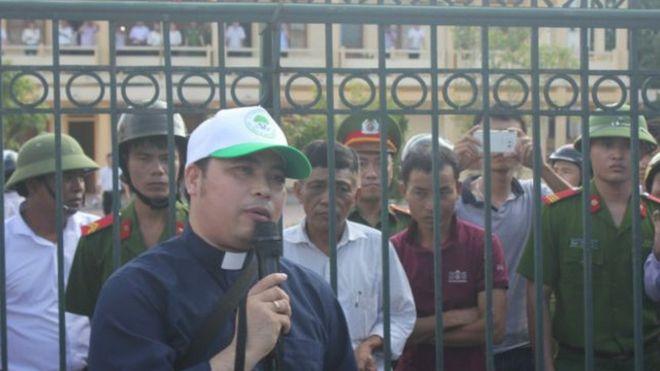 Linh mục Anton Đặng Hữu Nam, người đại diện theo ủy quyền của ngư dân trong vụ kiện Formosa, trước cổng tòa Kỳ Anh