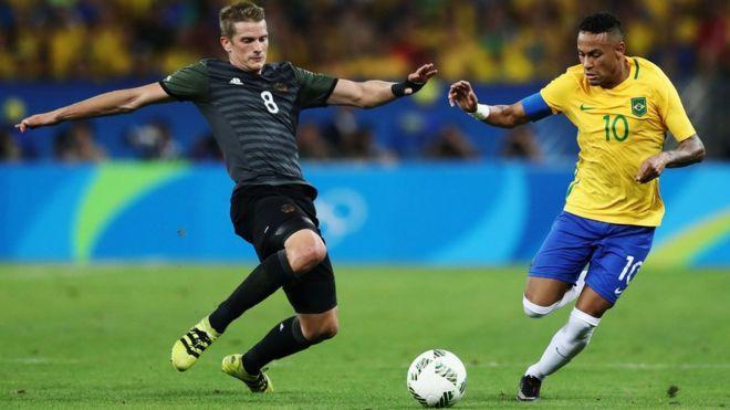 Lars Bender y Neymar.