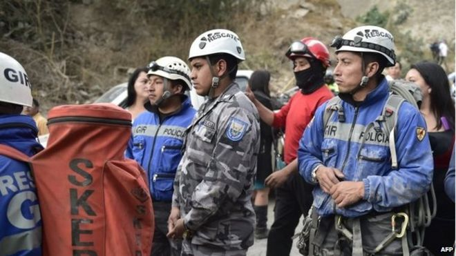 Rescue workers gather in Catequilla near Quito after a 5.1-magnitude earthquake rattled the Ecuadoran capital and the surrounding area (12 August 2014)