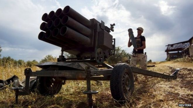 A Syrian rebel prepares a rocket launcher in the Deraa countryside (12 May 2015)