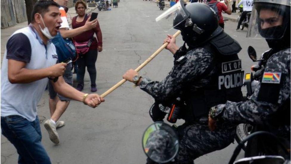 Un hombre pelea con un policía