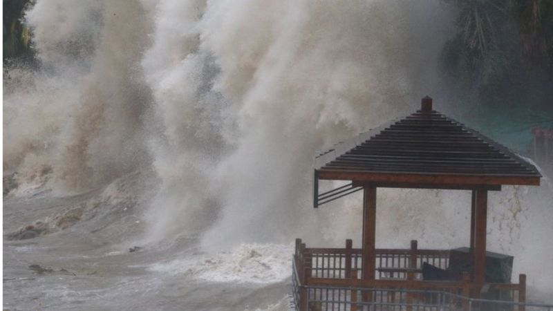 Waves as Typhoon Maria hits China.