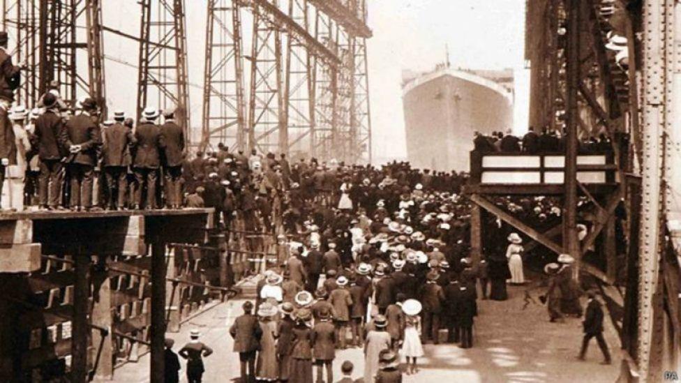 Titanic zarpando de Belfast, Irlanda del Norte.