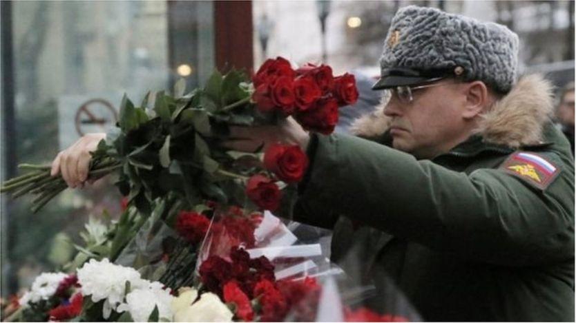 Đặt hoa bên ngoài trụ sở của dàn đồng ca Alexandrov ở Moscow
