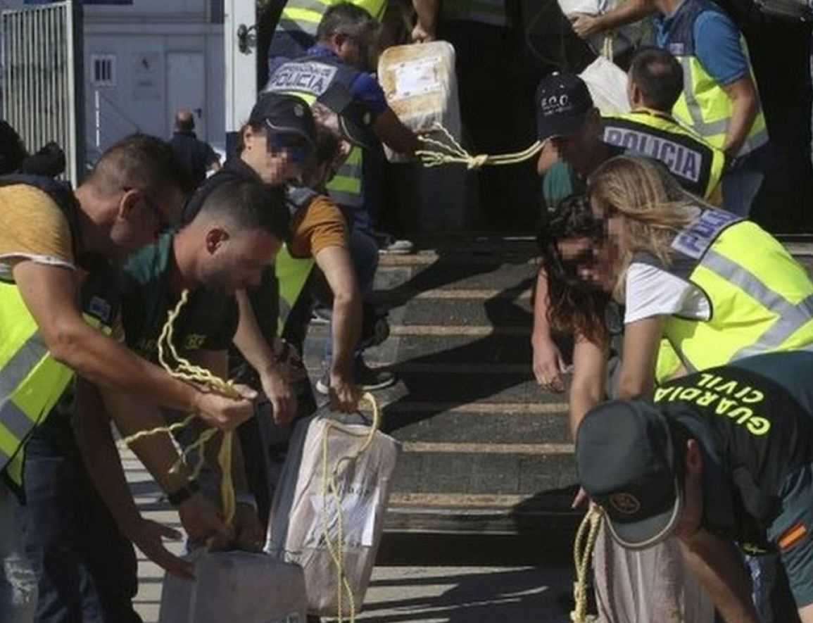 Spanish police offload a huge consignment of cocaine seized from a tug boat off the coast of the Canary Islands as it is unloaded in Cadiz, southern Spain 07 October 2017)