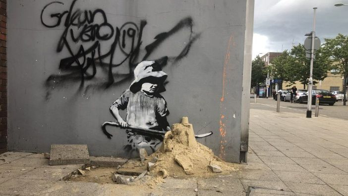 A obra de arte em Lowestoft retrata uma criança perto de uma calçada escavada