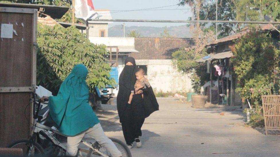Aktivitas warga di kampung santri.