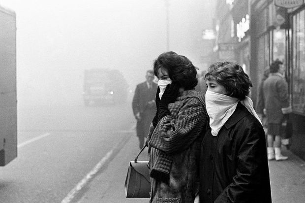 Scenes of a fog bound London, 5th December 1962.