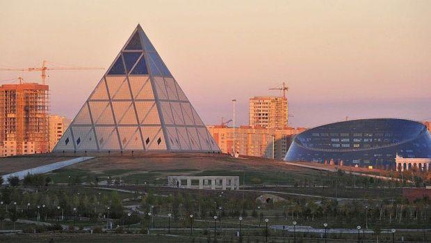 Derechos de autor de la imagen AFP La urbe futurista está llena de edificios en forma de pirámides, conos, esferas y curvas.