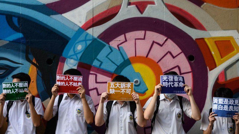 记者翻阅2012年至今香港通识科考题后发现,八年来,必答题中有5道涉及香港政治,内容涵盖立法会选举、香港示威游行、香港民主等,选答部分则有两题涉及。