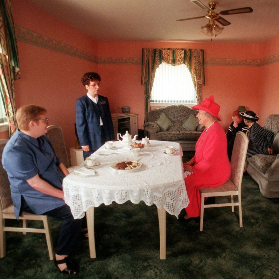 The Queen joining Mrs Susan McCarron (front left ) her ten-year-old son, James and Housing Manager Liz McGinniss for tea in their home in the Castlemilk area of Glasgow
