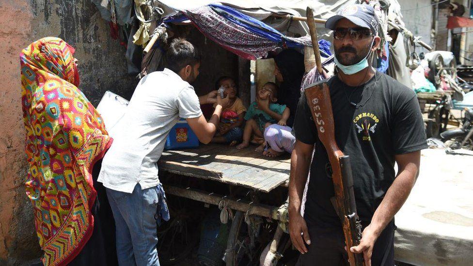 Silahlı güvenlik görevlileri eşliğinde çocuk felci aşısı yapılıyor