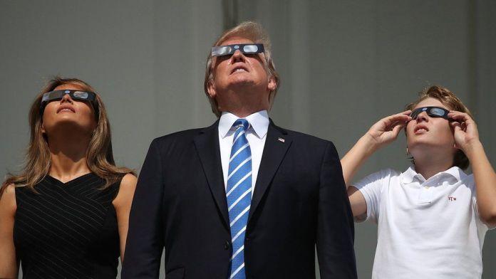 Donald Trump mira el eclipse
