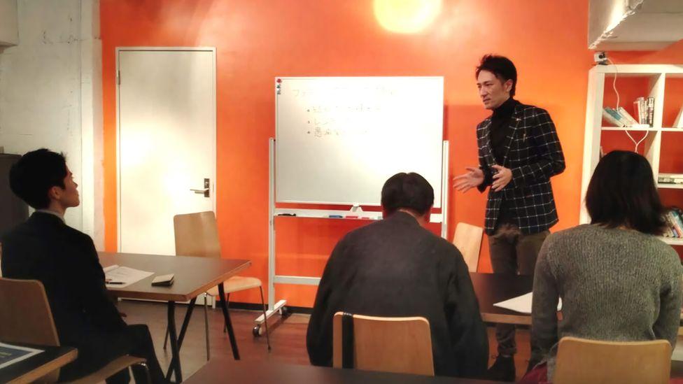 Yuichi Ishii instrui funcionários sobre as regras da empresa
