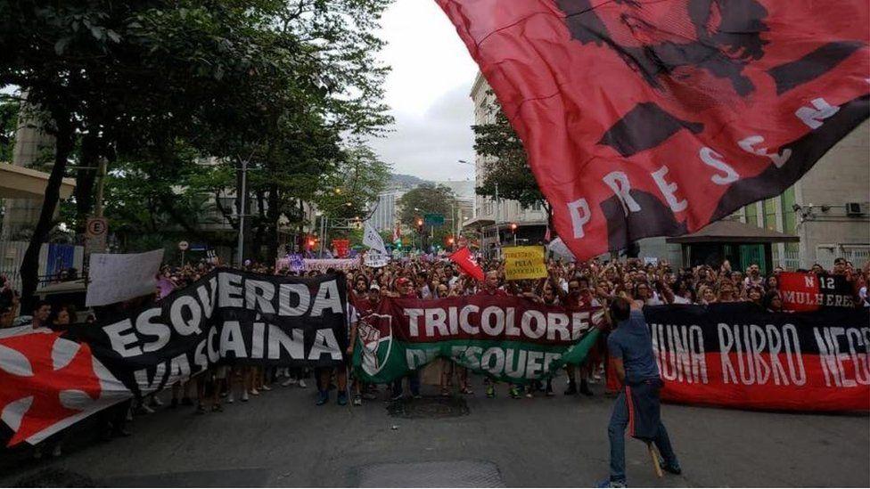 Torcidas reunidas em manifestação contra Bolsonaro