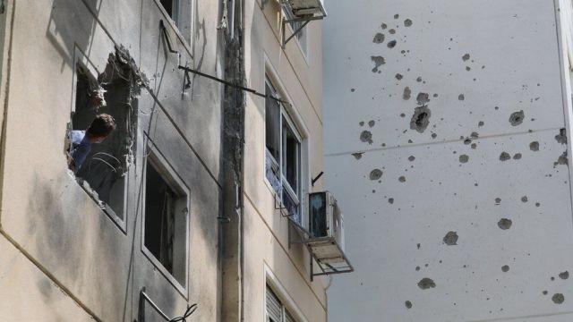 Un hombre observa los daños causados por un cohete palestino que alcanzó un bloque de viviendas en la ciudad de Ashkelon, en el sur de Israel (11 de mayo de 2021)