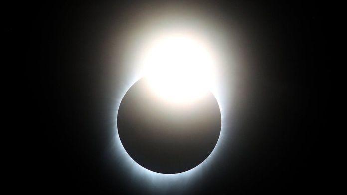La luna casi cubre al sol
