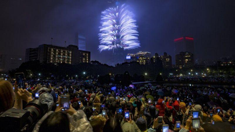 Hapa watu wanaonekana wakijaribu kupiga picha fataki zilizorushwa kwenye jengo refu maarufu la Taipei 101 nchini Taiwan