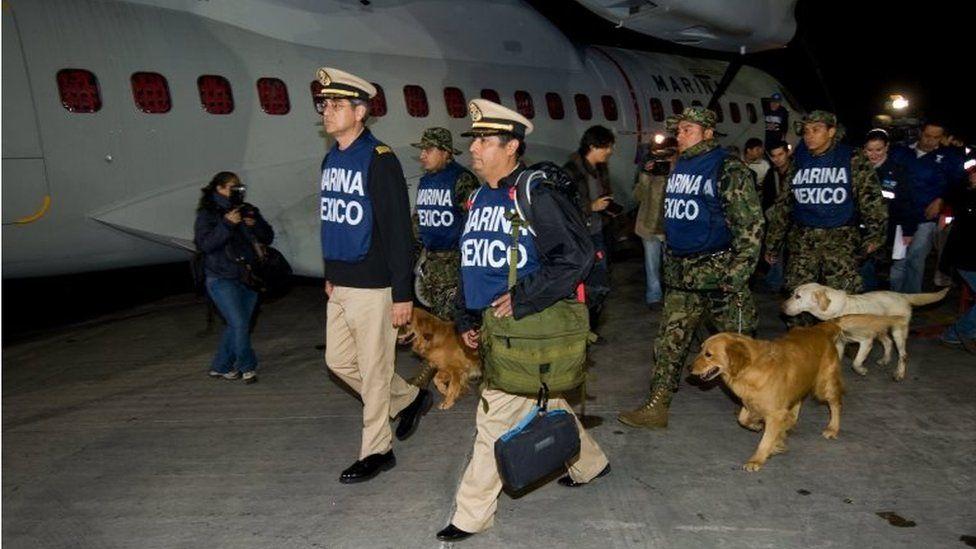 La unidad canina de la Marina mexicana a punto de tomar un vuelo a Haití en 2010.