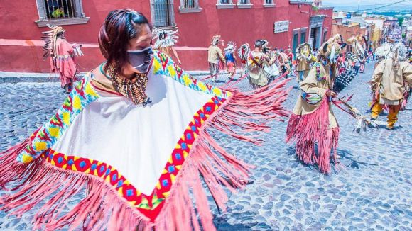 Native Americans with traditional costume participate at the festival of Valle del Maiz in San Miguel de Allende, Mexico. (Photo by: Kobby Dagan/VW Pics/Universal Images Group via Getty Images)