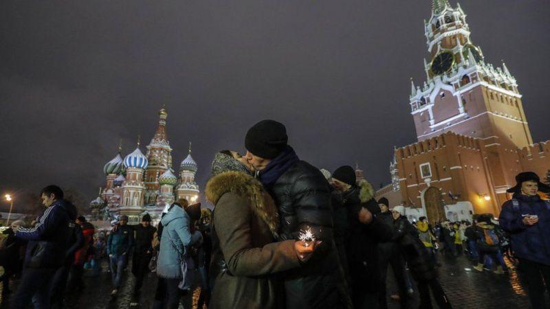 Wanandoa hawa nao wanaonekana wakikoleza upendo wao kama sehemu ya sherehe za kuulaki Mwaka Mpya eneo la Red Square, Moscow