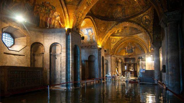 Widok wnętrza zalanej bazyliki Świętego Marka w Wenecji podczas wyjątkowego przypływu, 13 listopada 2019 r